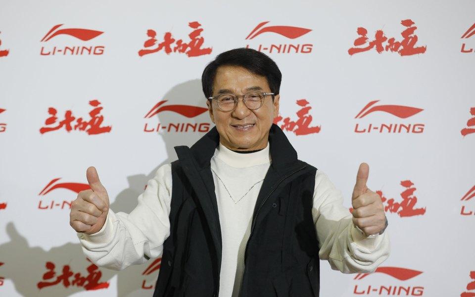 Джеки Чан успокоил фанатов: он не на карантине. Ранее об этом сообщили некоторые СМИ