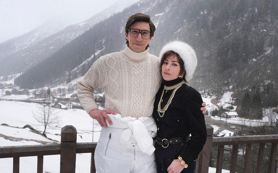 Леди Гага показала первое фото со съемок фильма осемье Гуччи, где она играет вместе сАдамом Драйвером