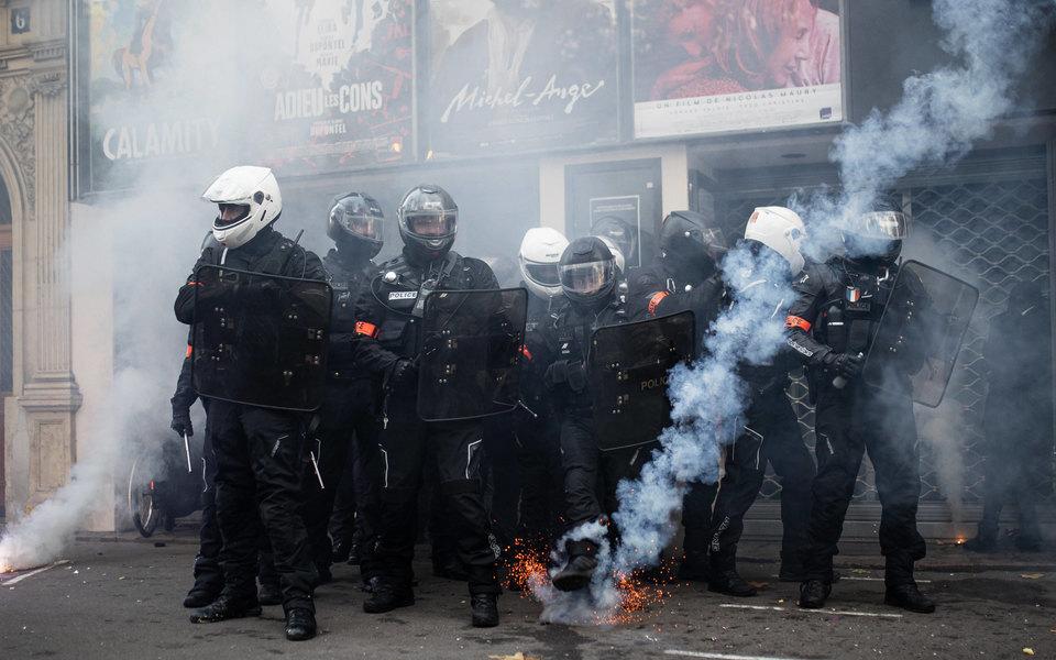 В Париже прошла массовая акция против закона, запрещающего распространять фото силовиков. Начались беспорядки, полицейские применили слезоточивый газ