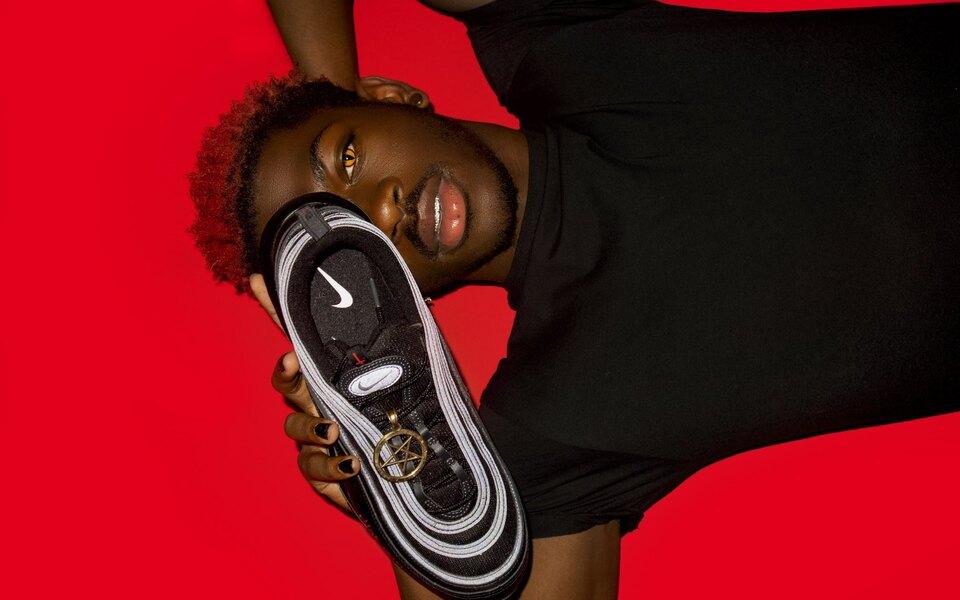 Суд запретил продажу сатанинских кроссовок Nike позапросу компании. Их создатели уже продали всю партию