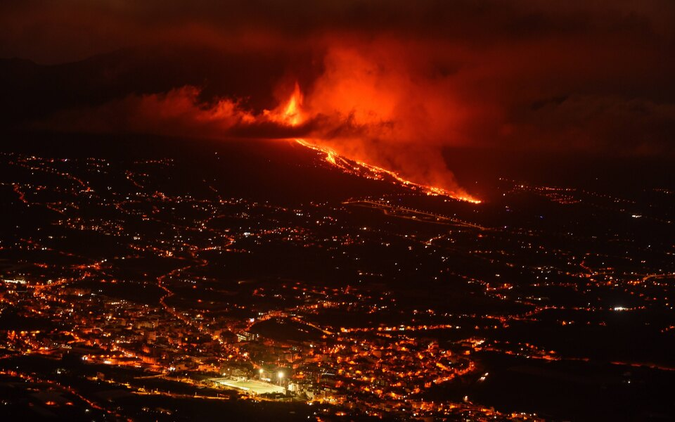 На Канарских островах началось извержение вулкана, спавшего с 1971 года. Лава достигла жилых районов, разрушены около 100 домов