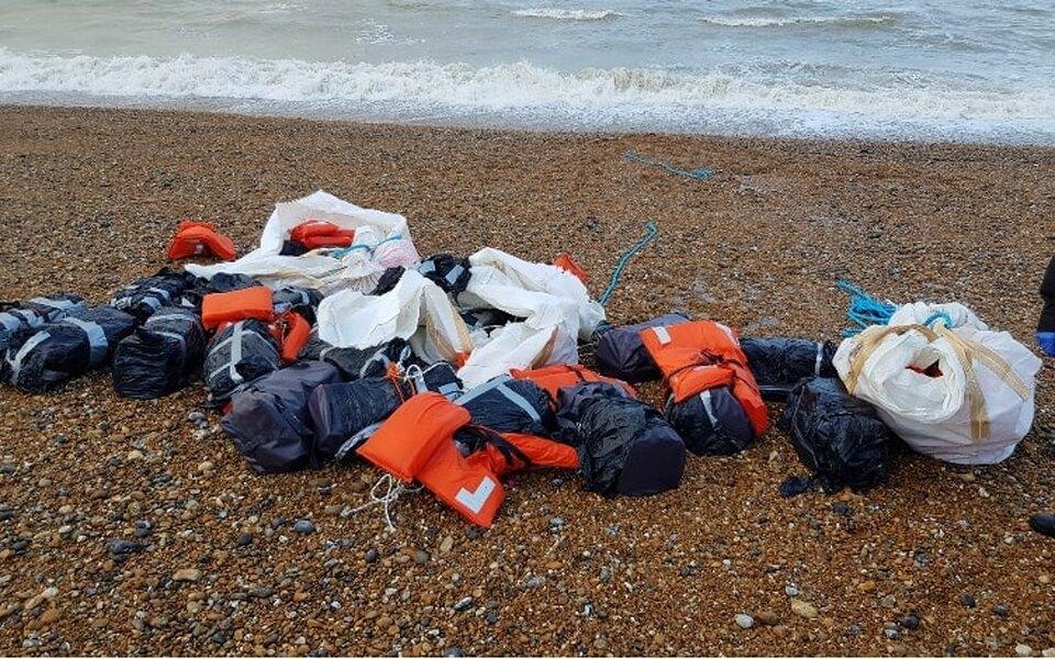 На пляж в Великобритании выбросило почти тонну кокаина