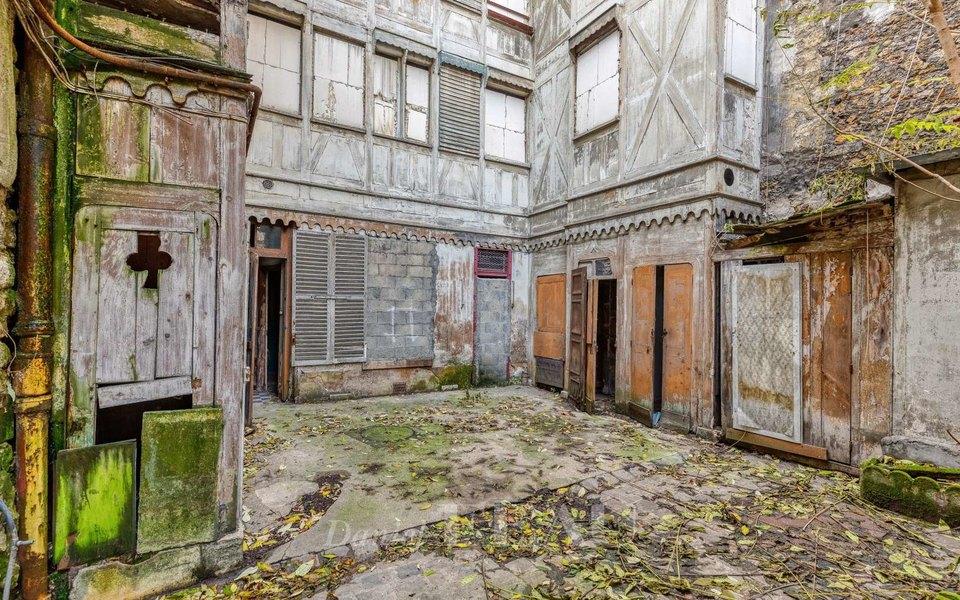 В Париже приреконструкции дорогого особняка рядом сбывшим домом Ива Сен-Лорана нашли труп, пролежавший там 30 лет