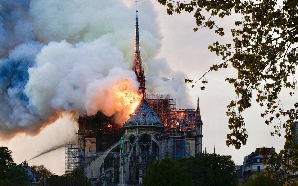 Пожар всоборе Парижской Богоматери: уздания обрушился шпиль