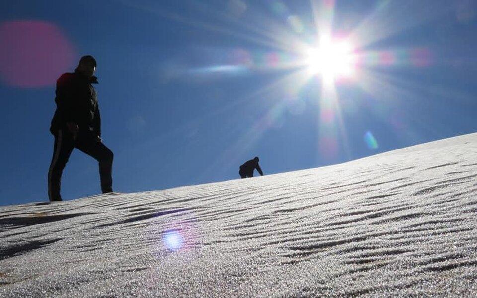 В Алжире, Марокко иСаудовской Аравии выпал снег. Местные путешественники любуются заснеженными пейзажами