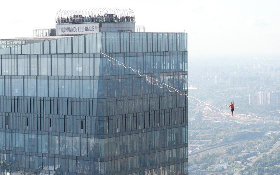 Экстремалы прошли постропе между башнями Москва-Сити иустановили новый мировой рекорд