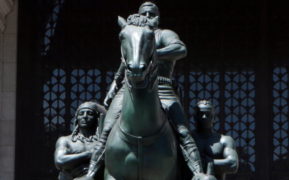 В Нью-Йорке решили демонтировать памятник Теодору Рузвельту. Его давно называли символом расовой дискриминации