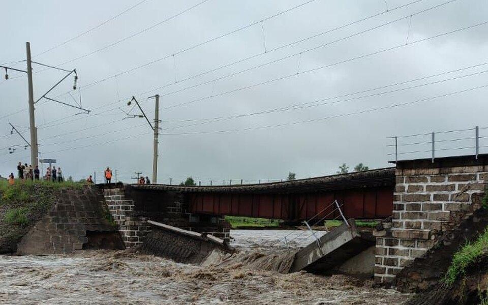 В Забайкалье из-за дождей обрушился мост на Транссибе. Движение поездов остановлено