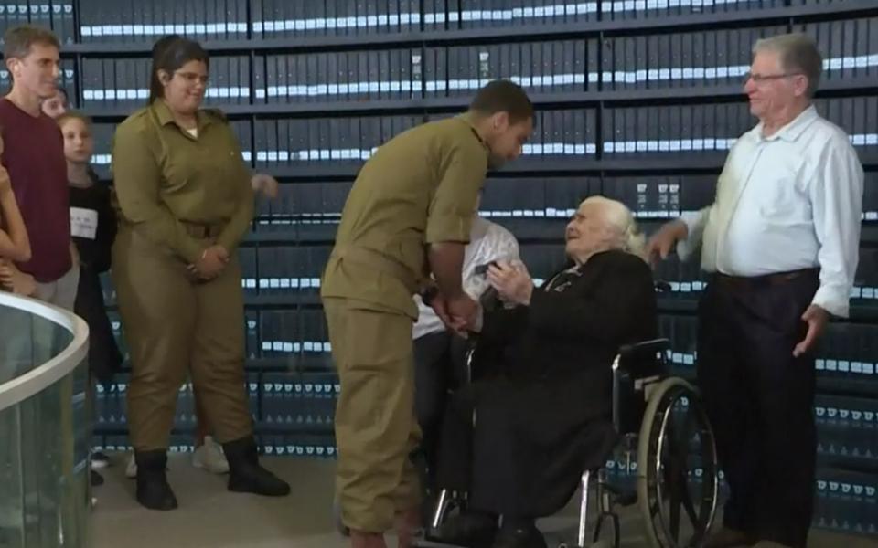 92-летняя жительница Греции впервые встретилась с семьей евреев, которых спасла от холокоста