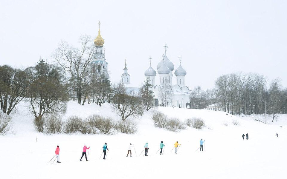 Лыжники у церкви. Работа Александра Гронского