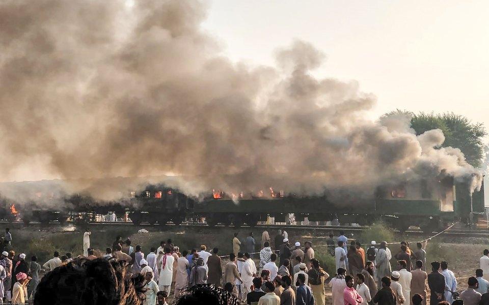 В Пакистане загорелся пассажирский поезд. 65 человек погибли, 40 пострадали