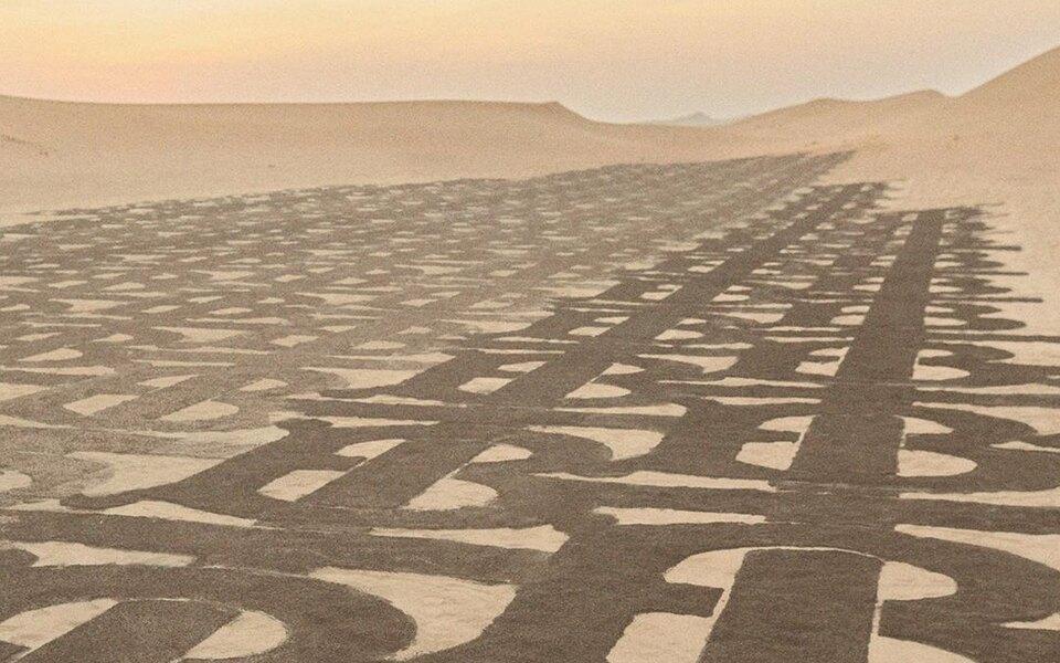 Burberry покрыли своей монограммой пустыню рядом сДубаем