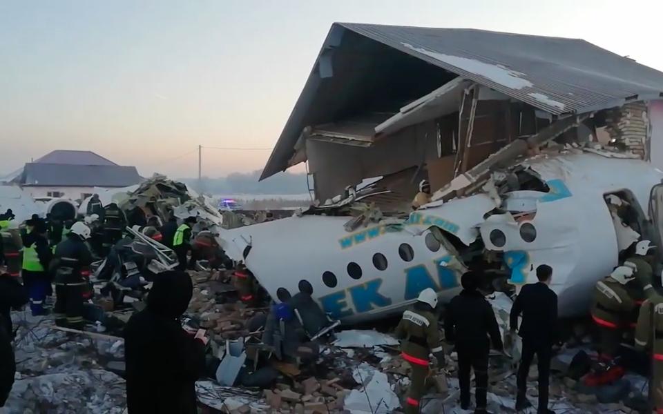 Названа третья возможная причина крушения пассажирского самолета вКазахстане