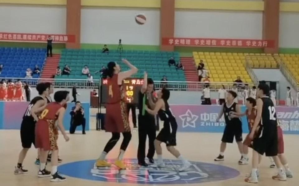 В Китае 14-летняя баскетболистка ростом 2,26 метра заработала 42 очка и помогла своей команде выиграть финал турнира