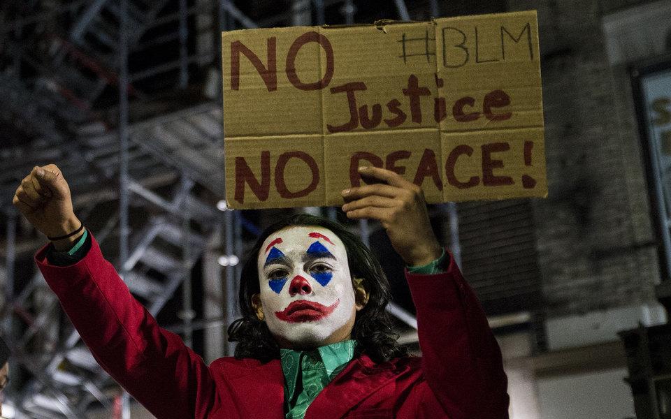 Человек-паук, Бэтмен, Джокер идругие поп-культурные герои напротестах вСША. Фотографии ивидео