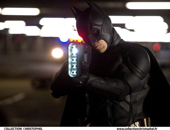 Во множествах комиксов, сериалах икино Бэтмен умирал десятками смертей. Как он еще НЕумирал?