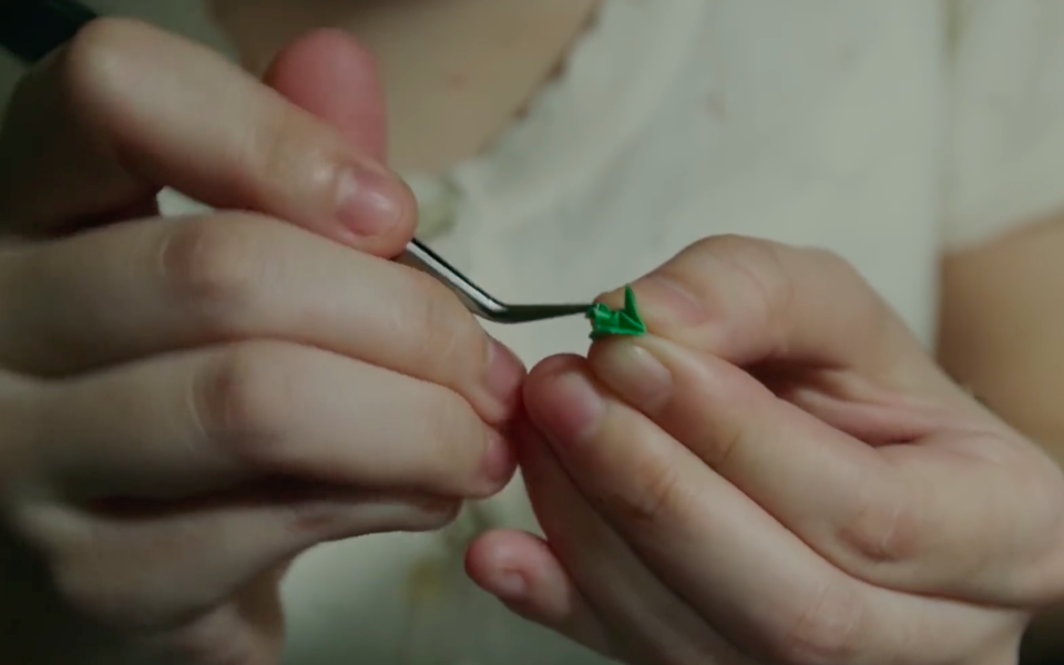 Японские интерны складывают миниатюрное оригами, чтобы получить должность хирурга