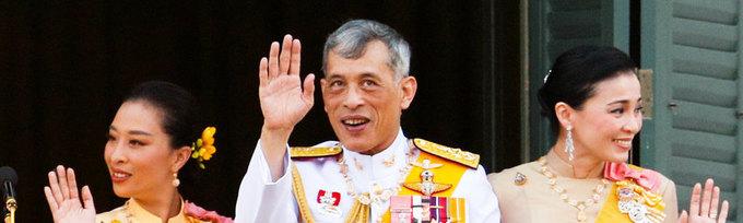 У короля Таиланда впервые за100 лет появилась фаворитка, получившая официальный статус консорта, но уже черезнесколько месяцев ее лишили всех титулов. Король решил, что она была «чересчур амбициозна». Кем она была раньше?