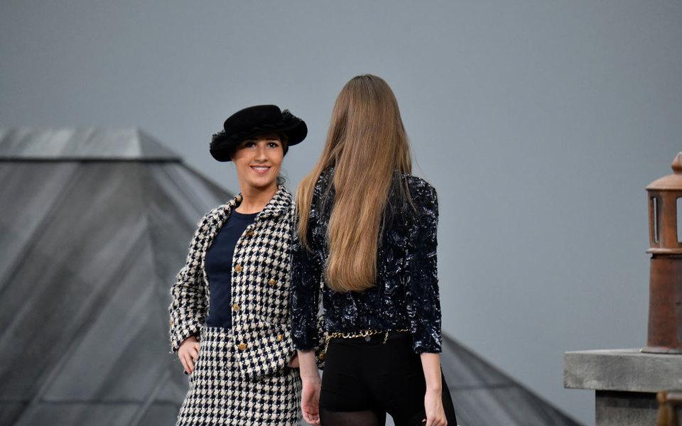Минута славы: женщина забралась наподиум ипрошлась смоделями напоказе Chanel