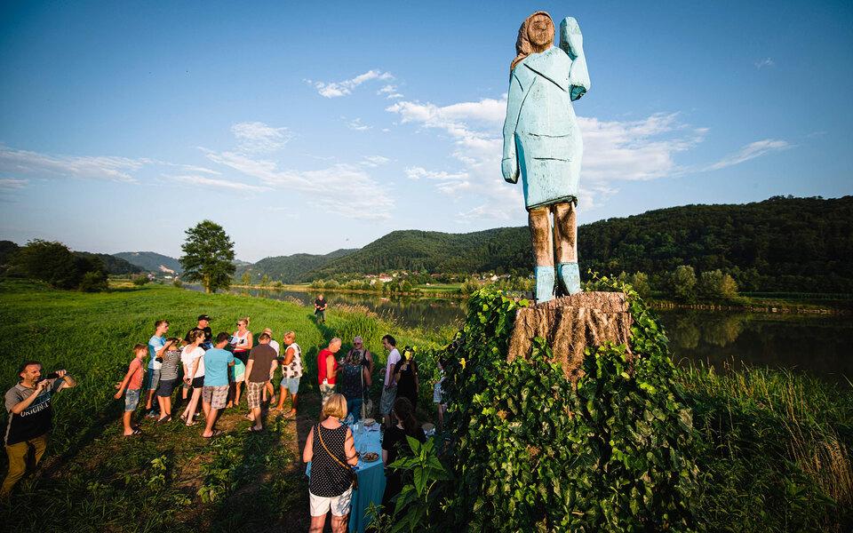 В Словении подожгли скульптуру Мелании Трамп
