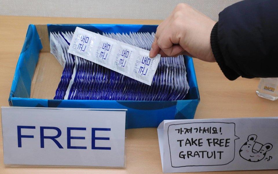 Участникам Олимпиады вТокио раздадут 150 тысяч презервативов, но запретят близкие контакты