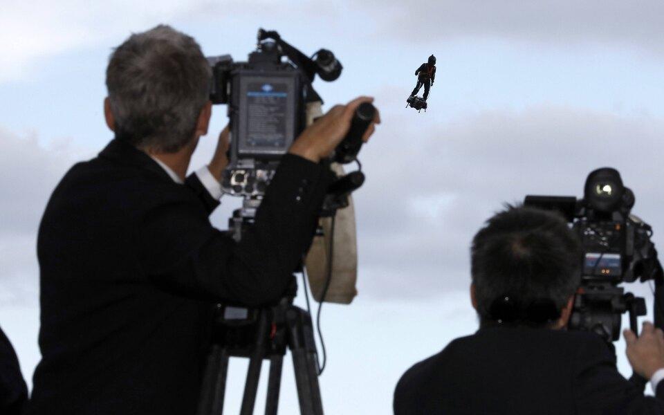 В Лос-Анджелесе второй раз задва месяца заметили человека сджетпаком, пролетавшего вблизи самолета