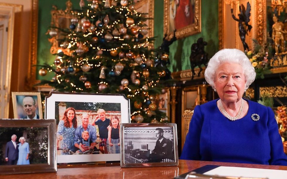 Разлад в королевском семействе: Елизавета II убрала со стола снимок принца Гарри и Меган Маркл перед записью ежегодной рождественской речи