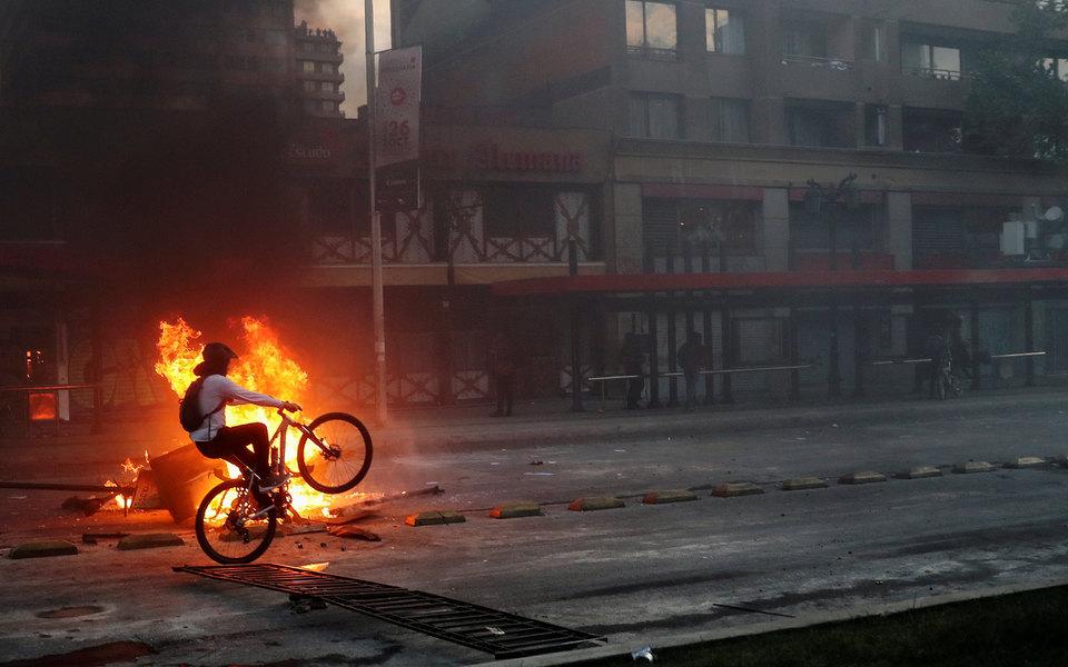 Фоторепортаж: массовые беспорядки вЧили из-за повышения цен наметро