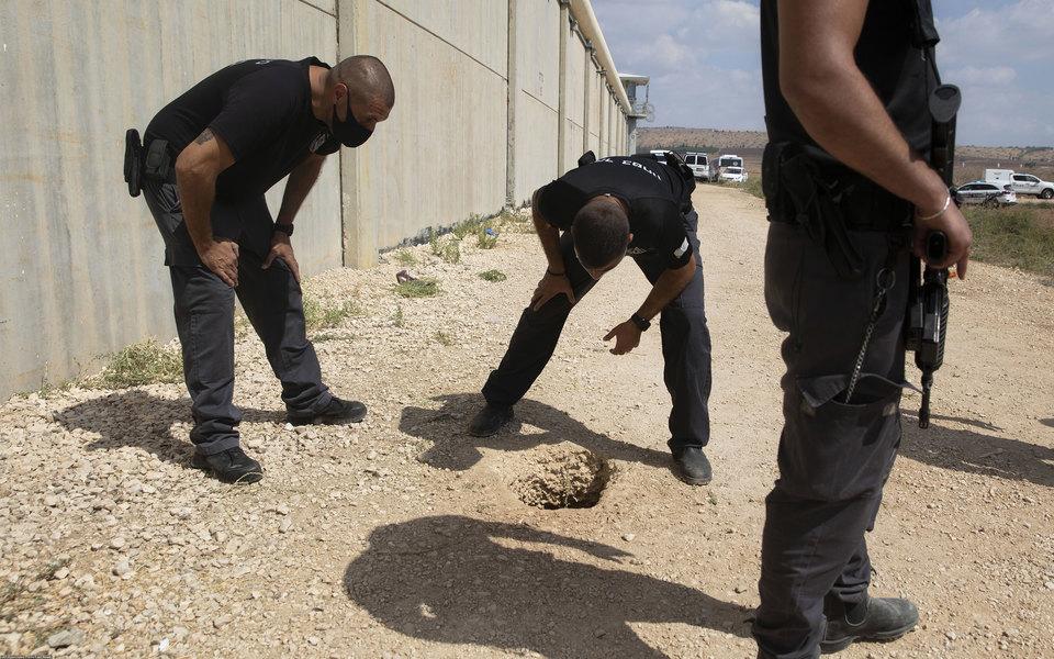 Шестеро палестинцев вырыли туннель ржавой ложкой исбежали изизраильской тюрьмы. Четверо изних были осуждены напожизненное заключение