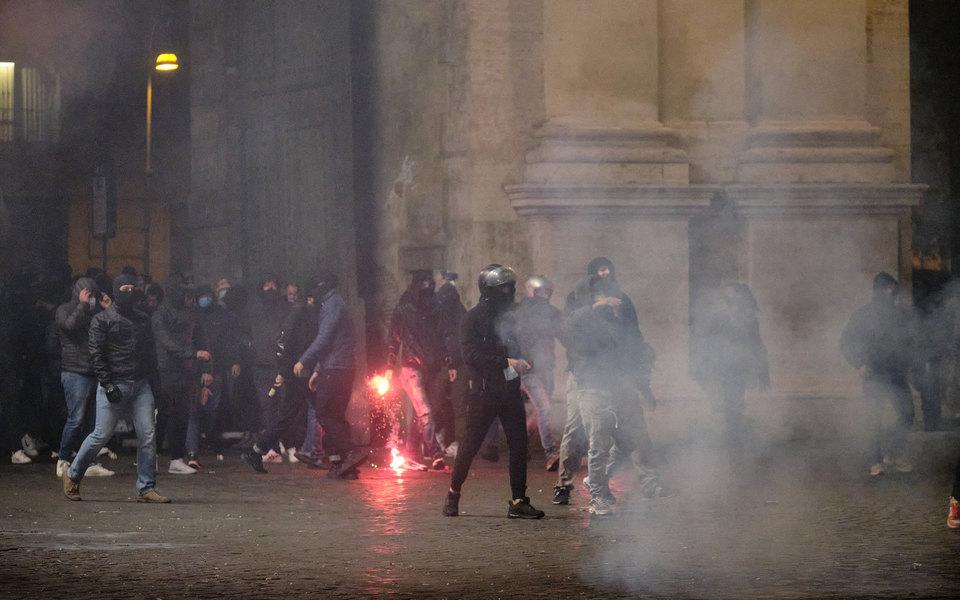 В Европе люди протестуют из-за ограничительных мер против Covid-19. Вход идут бутылки сзажигательной смесью икамни, наблюдаются случаи мародерства