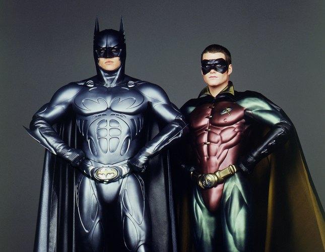 Готэм защищает целая бэт-семья: есть Бэтгерл, есть Бэтвумен, есть Оракул. А вот сколько Робинов помогали Уэйну завсю историю?