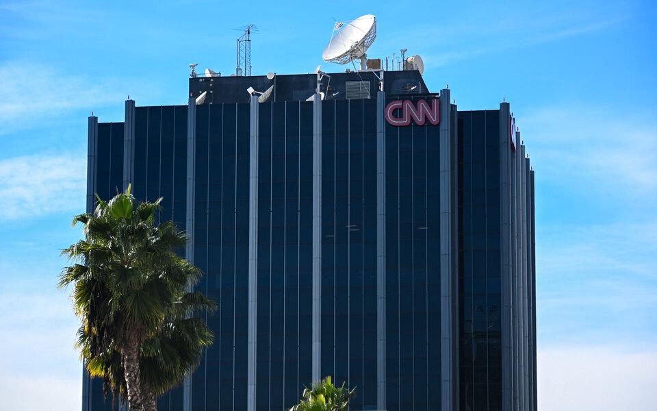 Телеканал CNN уволил 3 сотрудников, которые пришли в офис невакцинированными