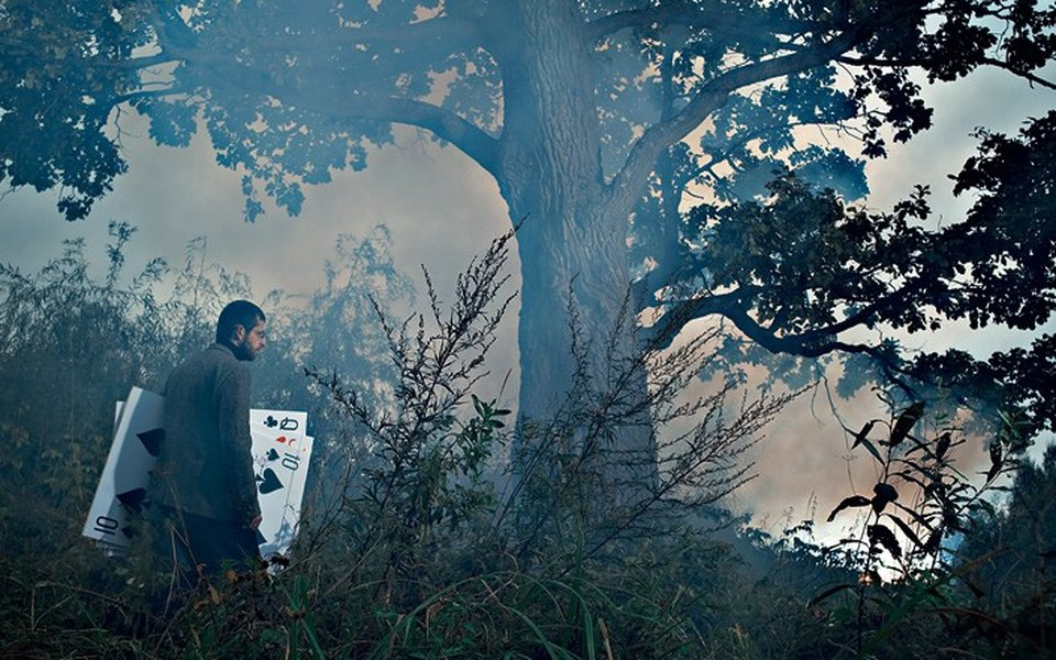 Профессиональный игрок впокер Илья Городецкий строит карточный домик