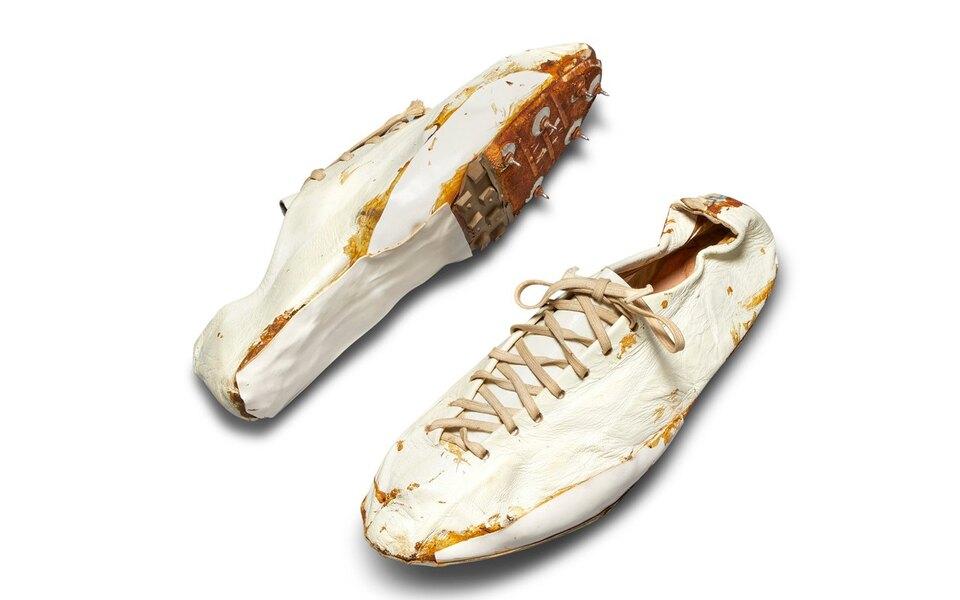 На аукционе Sotheby's продадут беговые кроссовки Nike, которые вручную сделал сооснователь бренда Билл Бауэрман. Их оценивают в9 миллионов рублей