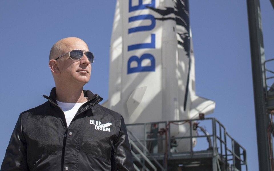 Почти 60 тысяч человек потребовали не пускать Джеффа Безоса на Землю после полета в космос