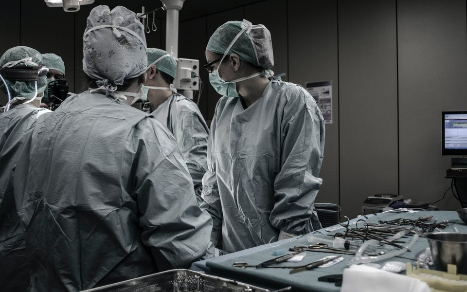 В США пластический хирург явился всуд черезZoom прямо во время операции