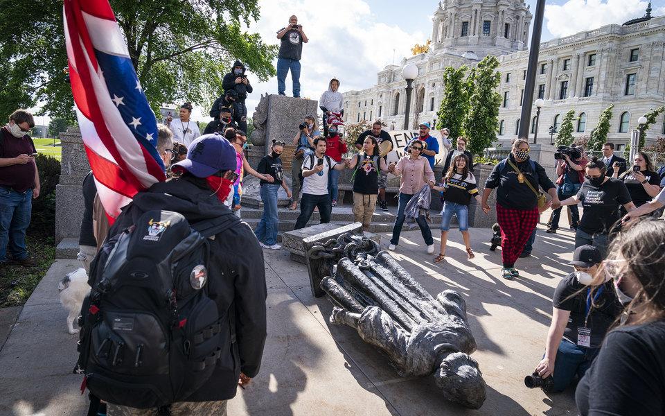 Протестующие в США сносят памятники Христофору Колумбу. Его обвиняют в геноциде коренного населения страны