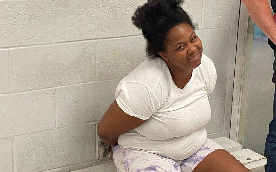 Находящаяся в розыске американка прокомментировала в фейсбуке пост полиции о себе. Ее нашли и задержали