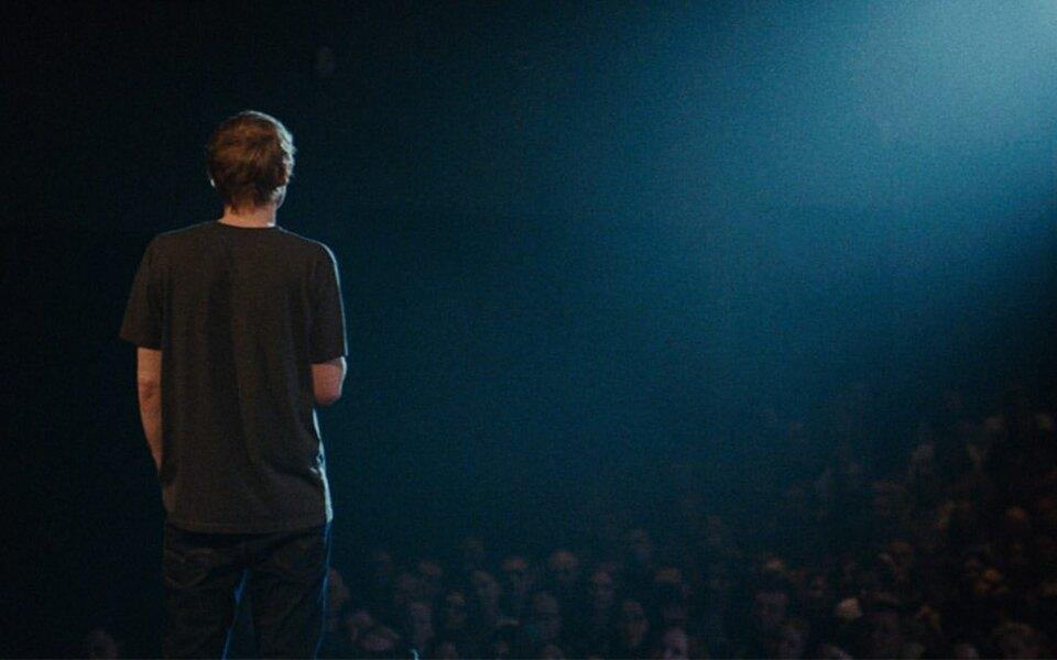 Комик Ваня Усович выпустил свой первый сольный стендап-концерт «Еще один день»