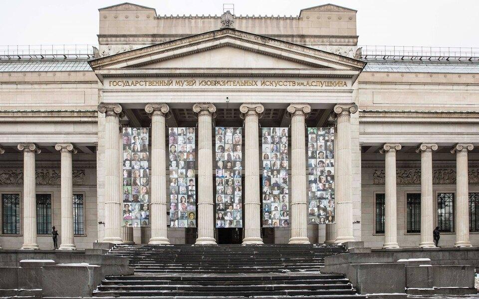 На фасаде Пушкинского музея разместили портреты его сотрудников, которые почти весь год работали черезZoom