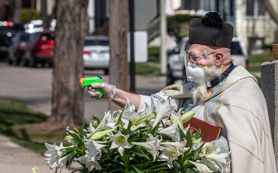 Благословление надистанции: вСША священник освящает прихожан изводяного пистолета