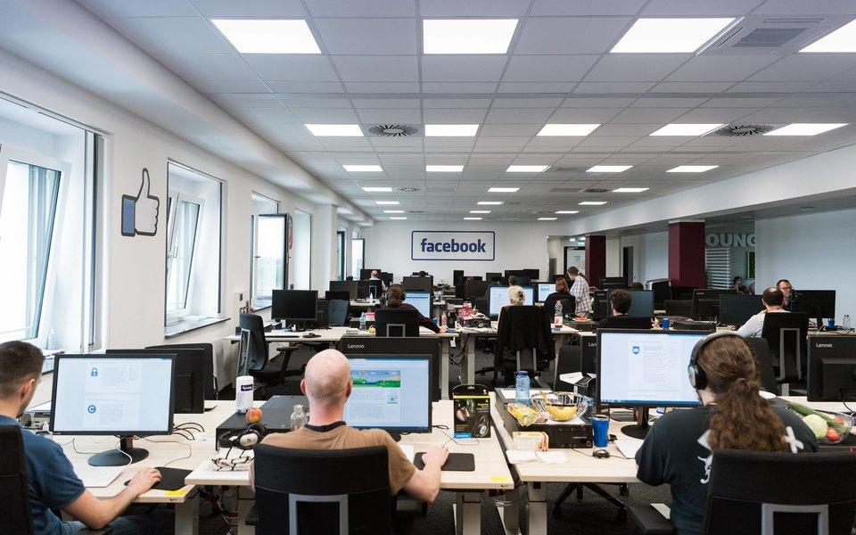 Разработчики Facebook ходили встоловую безобуви. Отдел продаж затеял сними «войну»