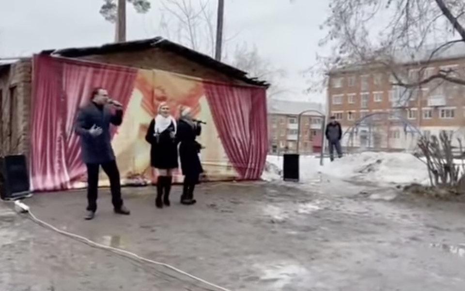 Депутат Госдумы выступил на 50-летии дома в городе Реж. От зрителей его отделяла огромная лужа
