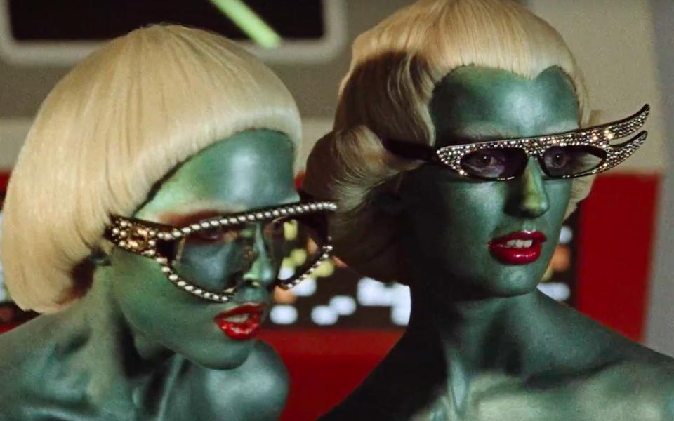 Gucci показали новую коллекцию вретрофутуристическом ролике