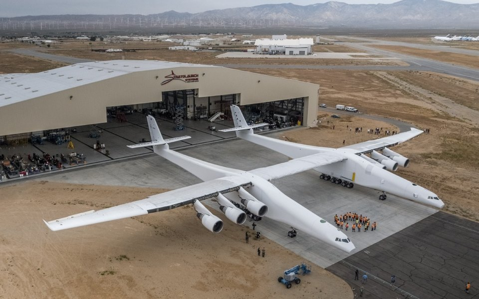 Самый большой самолет вмире совершил первый полет вКалифорнии