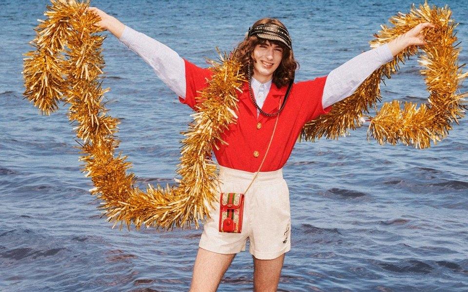 Санта вшортах иснеговик изпеска: Gucci сняли рождественскую кампанию напляже