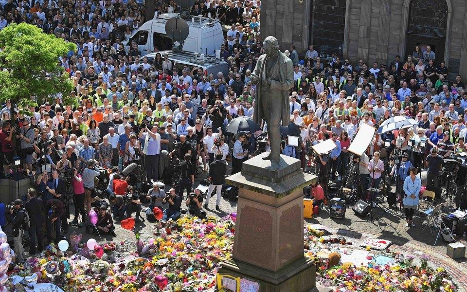 Манчестер вспоминает жертв теракта