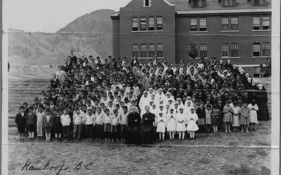 В Канаде натерритории школы-интерната длядетей изкоренных народов нашли 750 безымянных могил