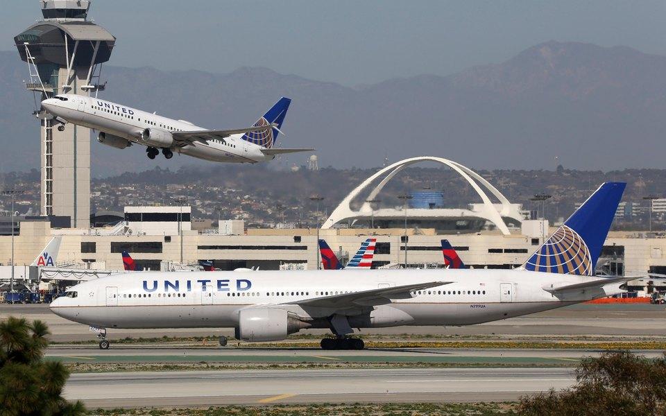 В США пассажиры выпрыгнули из самолета во время движения к взлетной полосе