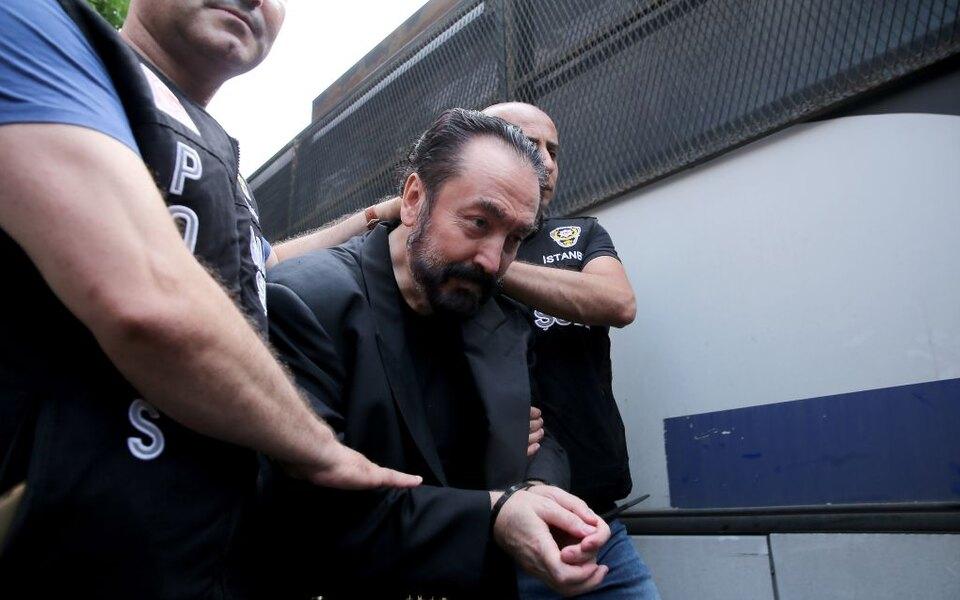 Турецкого проповедника приговорили к1075 годам тюрьмы. Он отрицал эволюцию иосновал культ со своими трактовками Корана